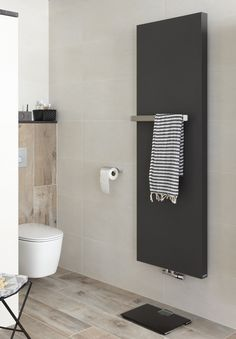 Radiator en toilet in complete badkamer Mix & Match Baden+ contrast