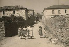 """La domenica in paese """"anni 50"""" si va a passeggio con gli abiti a fiori, le gonne svolazzanti ,sorrisi smaglianti e gioiosa gioventù.  Simala (OR) #Sardinia#Marmilla#Sardegna @@@♥♥♥♥"""