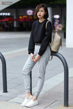 Look com jogger pants cinza, moletom cropped e tênis branco. Korean Fashion Summer, Winter Fashion Casual, Korean Street Fashion, Asian Fashion, Trendy Fashion, Womens Fashion, Fashion Trends, Fashion Ideas, Casual Winter