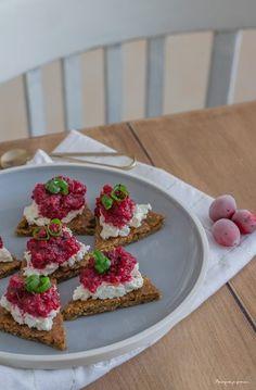 Crackers suédois (ou pain croquant) aux graines ~ Knäckebröd, fromage frais & sauce aux cranberries-échalotes.