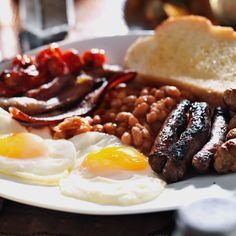 Want to try making a Full Irish Breakfast in honor of St. Patrick's Day? Here's how it traditionally goes down: