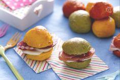 I panini colorati sono piccole delizie al latte, morbidi e profumati sono lo spuntino ideale per festicciole o per una golosa merenda salata!