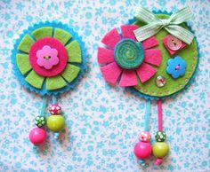 Broches primavera fucsia by El mundo Quinti Vichy, via Flickr