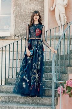 From affordable prom dresses to the dress that tick all the trend boxes and let you accesorise with prom shoes and prom jewellery - shop Miss Vogue's prom edit