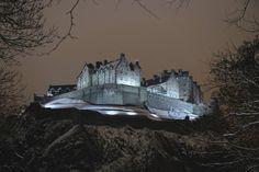 Najbardziej nawiedzone miejsca na świecie - Zamek w Edynburgu, Szkocja - uznawany za najbardziej nawiedzone miejsce w Szkocji, a może na świecie. W 2001 r. grupa badaczy zjawisk paranormalnych orzekła, że 51% pomieszczeń było świadkiem obecności duchów. Jedna z najbardziej znanych historii wiąże się z dudziarzem, któremu kazano przejść przez podziemne tunele zamku. Dudziarz miał grać przez cały czas. W pewnym momencie dżwięk muzyki ustał, a grający nigdy nie został odnaleziony.