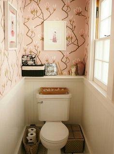 ドレッサーのような女性らしい空間 小さなトイレの空間が、ドレッサーの前に来たような華やかさを持った女性らしい空間になっています。窓からの採光があるので圧迫感もなく明るいトイレです。 壁紙とインテリア小物はピンクでまとめられていて、柔らかな色味が可愛らしいですね。