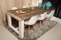Eettafel 'KADER' - Deze eettafel is een eigen ontwerp van RUW. Het strakke, witte frame zorgt voor een mooi contrast met het blad van verweerde sloophouten balken. Het frame is in iedere gewenste RAL kleur leverbaar, en daardoor in ieder interieur te passen.
