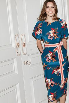 With sleeves and back detailing influenced by vintage kimonos, this dress is decorated with a dusky, Eastern floral print. Tie the look together with the two-tone grosgrain belt or leave it off for a sleek finish.