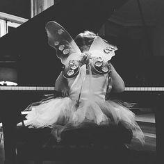 """Familie Beckham: 21. November 2015 """"Ein ganz normaler Samstagmorgen"""", schreibt David Beckham zu diesem süßen Bild seiner Tochter. Die kleine Harper sitzt im Feenkostüm am Klavier und spielt """"Mary Had a Little Lamb""""."""