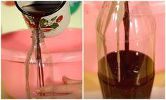 Un'idea originale per decorare la tavola durante una festa! Riproduce le bottiglie delle bibite più famose, con una tecnica molto semplice. Scioglie delle vecchie candele bianche con i pastelli a cera, per ottenere così il colore più adatto. Poi inserisce lo stoppino nella bottiglia e versa il liquido. Appena si indurisce rimuove la plastica e applica l'etichetta. ll risultato è straordinario!  Fonte Video: https://www.youtube.com/channel/UC_FNd7A9b0adbxmpuzIm5ZA