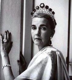 Barbara Hutton est restée célèbre pour avoir été à la tête d'une importante fortune personnelle mais aussi pour ses mariages successifs avec des membres de la noblesse, son train de vie royal, son écrin de bijoux provenant des plus prestigieux joailliers, de la famille impériale de Russie (ci-dessus) ou de la famille royale de Portugal (collier transformé en diadème, ci-dessous) et pour ce sobriquet de « pauvre petite fille riche ».