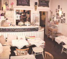 """Einzigartige Lage, einzigartiges Angebot, einzigartiges Flair: das """"Café Fräulein"""" am Viktualienmarkt versprüht mehr Charme als ein kleines Puppenhaus. Auch kulinarisch ist das """"Cafe Fräulein"""" mit vielen hausgemachten Köstlichkeiten ganz weit vorn."""