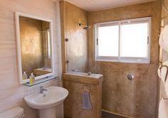 Pragtige rou badkamer in Big Sky Cottages.