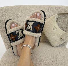 Zapatillas Louis Vuitton, Zapatos Louis Vuitton, Louis Vuitton Shoes, Louis Vuitton Slippers, Dr Shoes, Hype Shoes, Me Too Shoes, Shoes Heels, Doodle Art