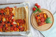 Blätterteigtarte mit gemischten Tomaten  #vegetarian #puffpastry #tarte #blätterteig #tomatoes #tomato #vegetarianrecipes Food Blogs, Tomate Mozzarella, Foodblogger, Snacks, Waffles, Appetizers, Salad, Vegan, Fruit