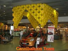 lamp post made of balloons Balloon Ceiling, Balloon Curtains, Ceiling Decor, Ceiling Design, Balloon Stands, Balloon Display, Balloon Decorations, Balloon Ideas, Hanging Balloons