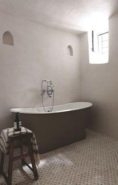 Salle de bains minimale avec baignoire à l'ancienne. Plus de photos sur Côté Maison http://petitlien.fr/7rot
