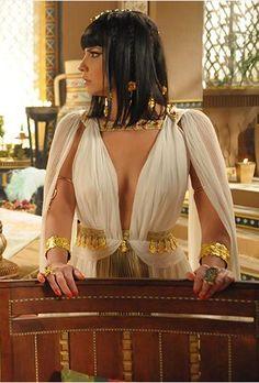 "i like the boob cut Nefertari. ""Os Dez Mandamentos"" I took a quiz and it said I was Nefertari in a past life Ancient Egypt Fashion, Egyptian Fashion, Egyptian Beauty, Egyptian Goddess, Ancient Egyptian Dress, Ancient Egypt Clothing, Cleopatra Costume, Egyptian Costume, Greek Dress"