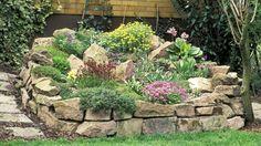 Für einen Steingarten eignen sich Hügel und Hang