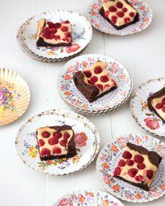 Rezept: Himbeer-Frischkäse-Brownies von Cynthia Barcomi - [LIVING AT HOME]