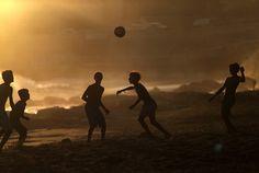 ATARDECER DE VERANO. Jóvenes juegan fútbol cuando se pone el sol en la playa de Carcavelos en Cascais, cerca de Lisboa, Portugal, el martes 2 de septiembre de 2014. La playa, un lugar de surf muy conocido, es frecuentado por los pobladores locales de la capital portuguesa y también por turistas. (AP / Francisco Seco)