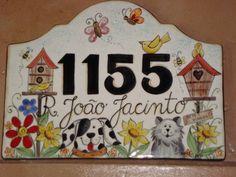 placa numero para residencia em ceramica-baixo esmalte, podendoser personalizada, no caso cachorro e gato da dona da placa.  COMO NÃO TEM FERRAGEM TEM QUE SER CHUMBADA NA PAREDE Door Numbers, House Numbers, Decoupage, House Plaques, Family Name Signs, Address Plaque, Porcelain Clay, Photo On Wood, Tole Painting