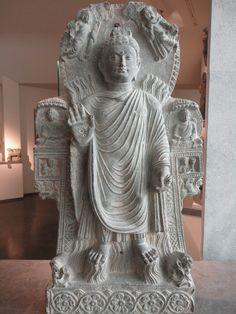 «Le Buddha au Grand Miracle», Musée Guimet, Paris Aghanistan, Kapishâ, monastère de Païtâvâ École du Kapishâ IIIe-IVe siècle Schiste avec traces de dorure H. : 81 cm Mission Hackin MG 17478