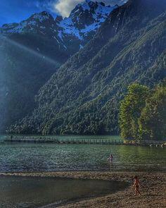 Una playa rodeada de montañas. Impresionante lugar: Bahía Acantilada #PuertoAysén #Chile . . . #beachlife #aysen #chile_shots #lugaresbonitosdechile #beautifuldestinations #hdr #iphone7plus Phuket, Easy Jet, Solo Travel, Places To Travel, Tourism, Travel Photography, Scenery, River, Island