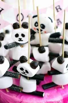 Marshmallow and licquorice panda party treats :) Panda Birthday Party, Panda Party, Birthday Treats, Birthday Parties, Cake Birthday, Kinder Party Snacks, Snacks Für Party, Party Treats, Panda Cakes