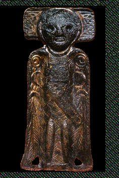 «Riseengelen» er laget i det kristne Irland en gang på 7–800-tallet og har trolig vært én av flere englefigurer som prydet et relikvieskrin. Vikinger har brakt figuren til Norge, og på 1800-tallet ble den funnet på gravfeltet på Rise i Oppdal.