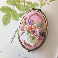 -2017/08/07 자수 손거울 레이스 얹은 꽃바구니 . . . . . By Alley's home #embroidery#homemade#homedecor#needlework#antique#ribbonembroidery#embroideredflowers#silkribbons#silkribbonembroidery#프랑스자수#서양자수#진해프랑스자수#창원프랑스자수#마산프랑스자수#리본자수#꽃자수#자수타그램#실크리본자수#앨리의프랑스자수#자수소품#손자수#리본자수수업#꽃다발자수#창원프랑스자수수업#창원리본자수수업#진해이동앨리하우스#자수손거울#자수꽃바구니
