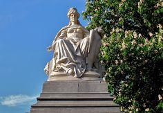 Stedemaagd van Amsterdam. Beeld, opgericht in 1883 ter gelegenheid van de Internationale Koloniale en Uitvoerhandel Tentoonstelling in 1883 bij de ingang van het Vondelpark aan de Stadhouderskade. Beeldhouwer Friedrich Schierholz.