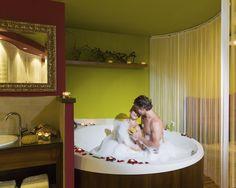 Kuschelzimmer mit Whirlpool im Hotel Winzer!  #leadingsparesorts #leadingspa #wellness #wellnesshotel #wellnessurlaub #auszeit #entspannen #relax #auszeit #whirlpool #schaumbad #rosen #romantik #hotels #resorts Hotel Winzer, Das Hotel, Resort Spa, Bassinet, Toddler Bed, Blog, Wellness Spa, Spas, Home Decor