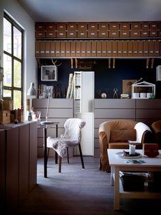 IKEA Österreich, Inspiration, Wohnzimmer, Braun, Sitzecke, Schrank JOSEF,  Leuchte ARÖD
