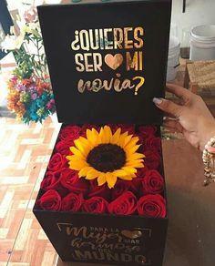 A quien le gustaría un detalle así para su pareja, para este 14 de Febrero...❤️👫💐🌸🌷💒💕 Comparte y etiqueta a esa persona especial, ya sea tu… Flower Box Gift, Flower Boxes, Girlfriend Proposal, Girlfriend Surprises, Diy Birthday, Birthday Gifts, Cadeau Parents, Sunflowers And Roses, Romantic Surprise
