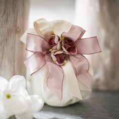 Sacchettino porta confetti con decorazione rosa antico, perfetto per matrimoni romantici.