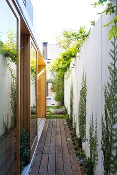【採光と通風と空間の拡がり】中庭とウッドデッキの回廊のある細長い家 | 住宅デザイン