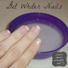 Para tener uñas más blancas: 1/2 taza de agua caliente en un tazón. 4 cucharadas de bicarbonato de sodio y 2 cucharadas de agua oxigenada. Remojar las uñas durante un minuto Voilá!                                                                                                                                                     Más