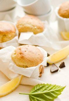 Citrónové muffiny s marmeládou Lemon Muffins, Hamburger, Food And Drink, Bread, Cheese, Baking, Lemon, Lemon Cupcakes, Brot