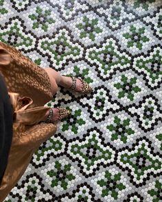 ¡SHOOTING hacia el suelo! 💚📸#diamundialdelafotografia | Suelo de diseño #ArtFactoryHisbalit . 📸: @le_bibine Mosaic Floors, Flooring, Mosaics, Wood Flooring, Floor