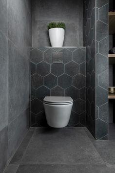 Complete badkamer, badkamer inspiratie, badkamer ideeën, badkamermeubel, kolomkast, hexagon tegels, eiken badmeubel, antraciet badkamertegels, geborsteld stalen elementen, vrijstaand bad, luxe regendouche, interieur inspiratie