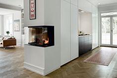 Væg til Væg - køkken. Nu lancerer Multiform FORM6-køkkenet, der adskiller sig fra de fleste andre køkkener netop ved at være tænkt som et væg til væg- og gulv til loft-køkken. Elementerne blender fint ind i resten af boligens indretning, hvor kombinationen af de store, grebsløse fronter og den lave sokkel giver et moderne udtryk. Samtidig sørger den lave sokkel og den store højde på overskabene for, at pladsen udnyttes optimalt i køkken-alrummet (Multiform) // RUM / Køkkennyheder 2013