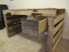 Einen Schreibtisch aus alten Paletten selber bauen. #diy #doityourself #Paletten