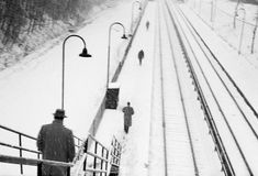 Vivian Maier, Untitled (Hubbard woods station, Winnetka, Illinois) ©Vivian Maier/ Courtesy Les Douches la Galerie Paris/ Howard Greenberg Gallery New York Vivian Maier, Moving Photos, Old Photos, Vintage Photos, Chicago, History Of Photography, Art Photography, New York, Secret Photo