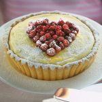 Nulla come il cioccolato bianco si lega alla perfezione con il gusto delle fragole: leggi la ricetta della torta bianca con le fragoline su Sale
