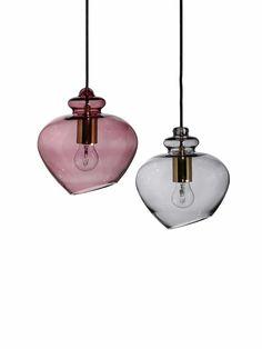 Ihrem Namen entsprechend ist Pendelleuchte Frandsen Grace in der Tat graziös. Dies verdankt die stilvolle Glaslampe ihrem Material wie ihrer reizenden Form. Neben Glas besteht die Leuchte aus einem goldfarbenen Zylinder, der in seinem Innern die Fassung trägt, um das benötigte Leuchtmittel zu tragen. Die Transparenz des Farbglases lässt diese Elemente der Designleuchte sichtbar werden, sodass Hängelampe Frandsen Grace gleich …