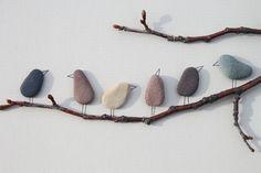 Amis à plumes    art de la Nouvelle-Écosse par Sharon Nowlan de galets de 8 x 15  nattes de gris/beige chaud  cadre en bois foncé    (voir les autres oeuvres de moi pour voir limage que jutilise)
