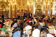 CEO Global de Seguros Gerais para a Zurich, Mike Kerner, e CEO de Seguros Gerais para a Zurich no Brasil, David Colmenares, conversam com os corretores em evento na Sala Opera do Intercontinental Le Grand Hotel de Paris, onde todos se hospedaram.