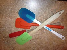 This is a guide containing uses for rubber spatulas. Once your rubber spatula is no longer useful for cooking there are other ways to reuse this kitchen tool.