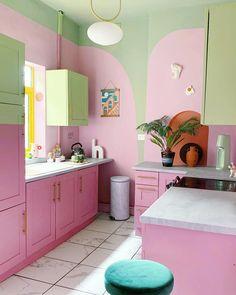 Retro Pink Kitchens, Pink Kitchen Decor, Green Kitchen Paint, Kitchen Ideas, Funky Kitchen, Home Interior, Interior Design, Design Interiors, Design Apartment